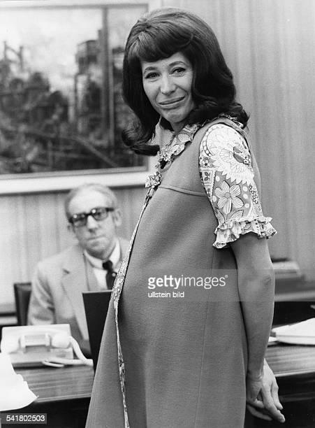 Feddersen Helga *Schauspielerin D als Schwangere mit Dieter Hallervorden in der TV Sendung 'Abramakabra' 1972