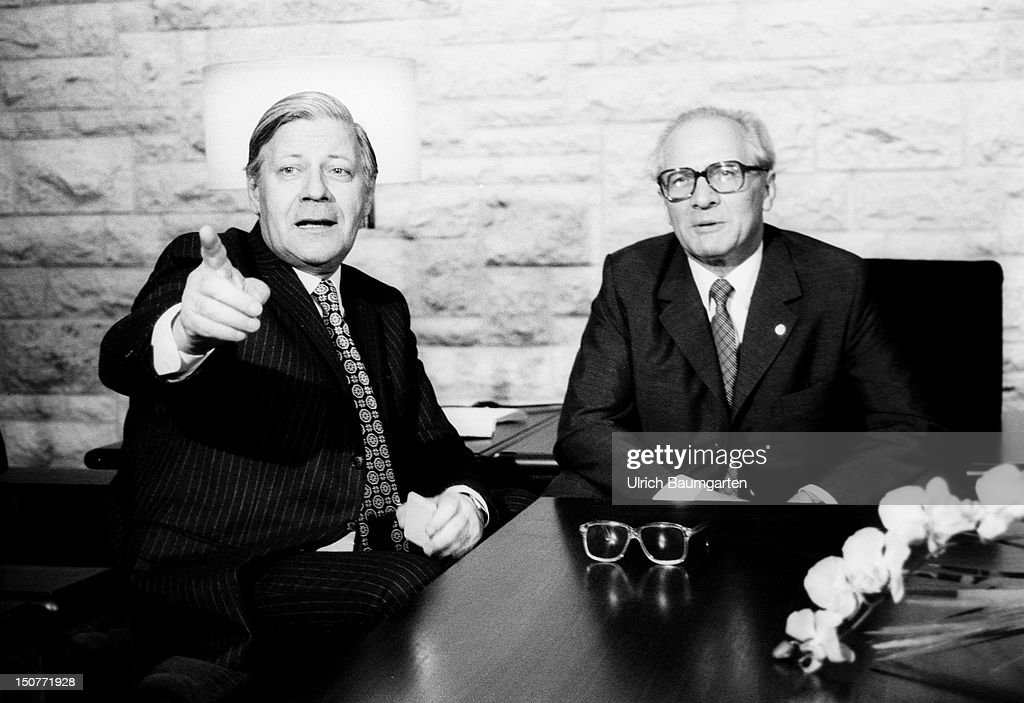 GERMANY, DOELLNSEE, Federal Chancellor Helmut SCHMIDT (SPD) visits the Chairman of the Council of state of the GDR Erich HONECKER in December 1981, O,p,s, Federal Chancellor Helmut SCHMIDT (left) (SPD) and Erich HONECKER during a discussion in the guesthouse of the Council of State at the Doellnsee.