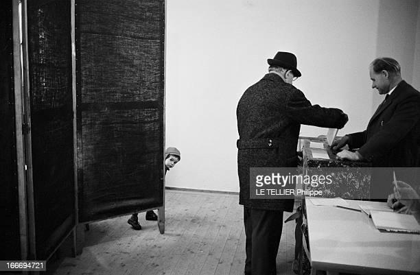 Federal Election Of 1966 In Bavaria Le 24 novembre 1966 en République fédérale d'Allemagne un bureau de vote dans une école un homme âgé avec un...