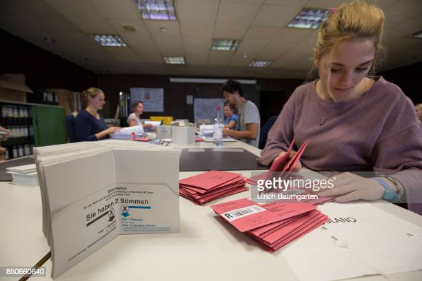 Federal elections 2017 Symbol photo on the subject election elect postal voting election assistants etc The photo shows election assistants in the...