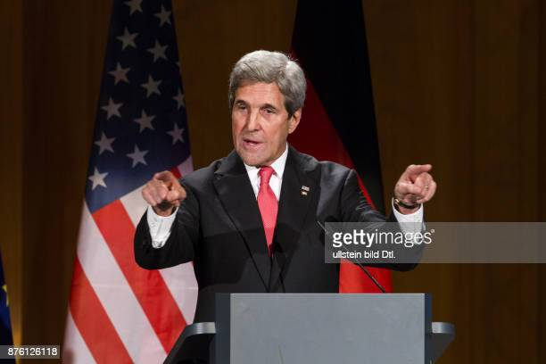 Federal Foreign Minister Steinmeier gives the outgoing US Secretary of State John Kerry the Grand Cross on 5 December 2016 a ceremony at the World...