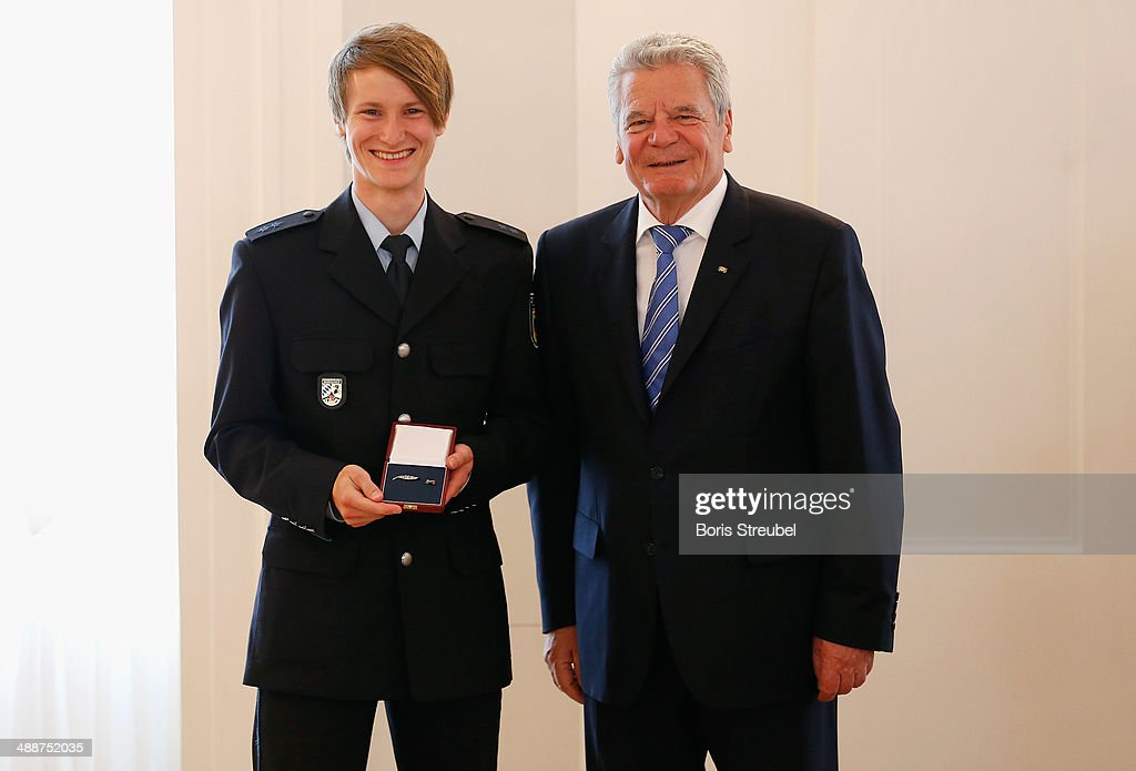 Federal President <a gi-track='captionPersonalityLinkClicked' href=/galleries/search?phrase=Joachim+Gauck&family=editorial&specificpeople=2077888 ng-click='$event.stopPropagation()'>Joachim Gauck</a> (R) awards <a gi-track='captionPersonalityLinkClicked' href=/galleries/search?phrase=Marinus+Kraus&family=editorial&specificpeople=11675455 ng-click='$event.stopPropagation()'>Marinus Kraus</a>, gold medalist for the men's Team Ski Jumping the Silbernes Lorbeerblatt during the Silbernes Lorbeerblatt Award Ceremony at Schloss Bellevue on May 8, 2014 in Berlin, Germany.