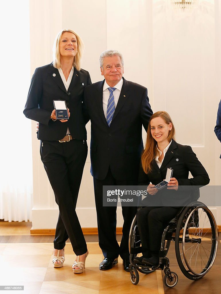 Federal President Joachim Gauck (C) poses with Germany's Ski Alpine medalists Maria Hoefl-Riesch (L) and Anna Schaffelhuber (R) during the Silbernes Lorbeerblatt Award Ceremony at Schloss Bellevue on May 8, 2014 in Berlin, Germany.