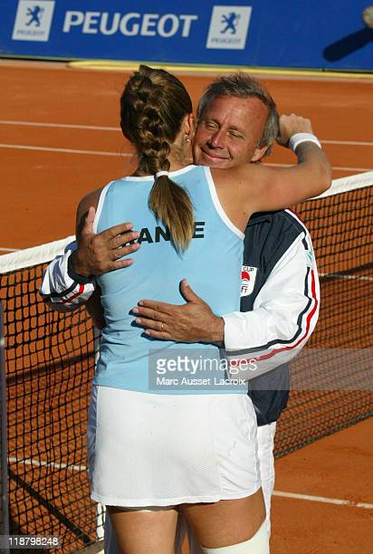 Federation Cup Final France vs Russia Georges Goven captain France Team congratulate Mary Pierce for his victory match vs Anastasia Myskina at Roland...