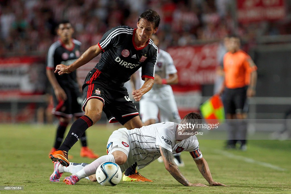Federico Anselmo and of Estudiantes (L) and Julio Alberto Buffarini of San Lorenzo (R) fight for the ball during a match between Estudiantes and San Lorenzo as part of fourth round of Torneo Primera Division 2015 at Ciudad de La Plata Stadium on March 09, 2015 in La Plata, Argentina.