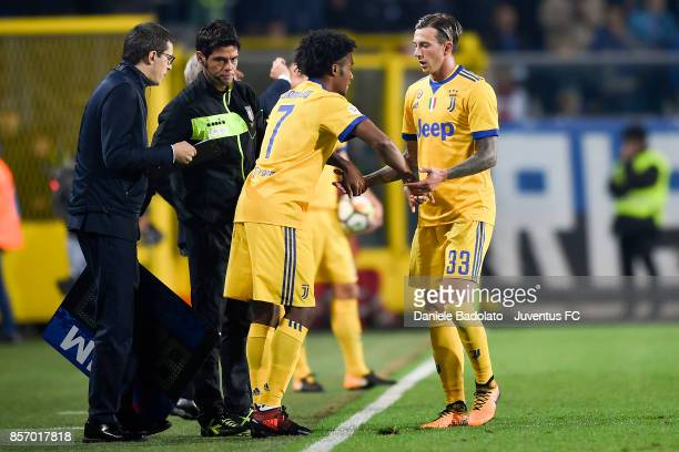 Federico Bernardeschi substituted by Juan Cuadrado during the Serie A match between Atalanta BC and Juventus at Stadio Atleti Azzurri d'Italia on...