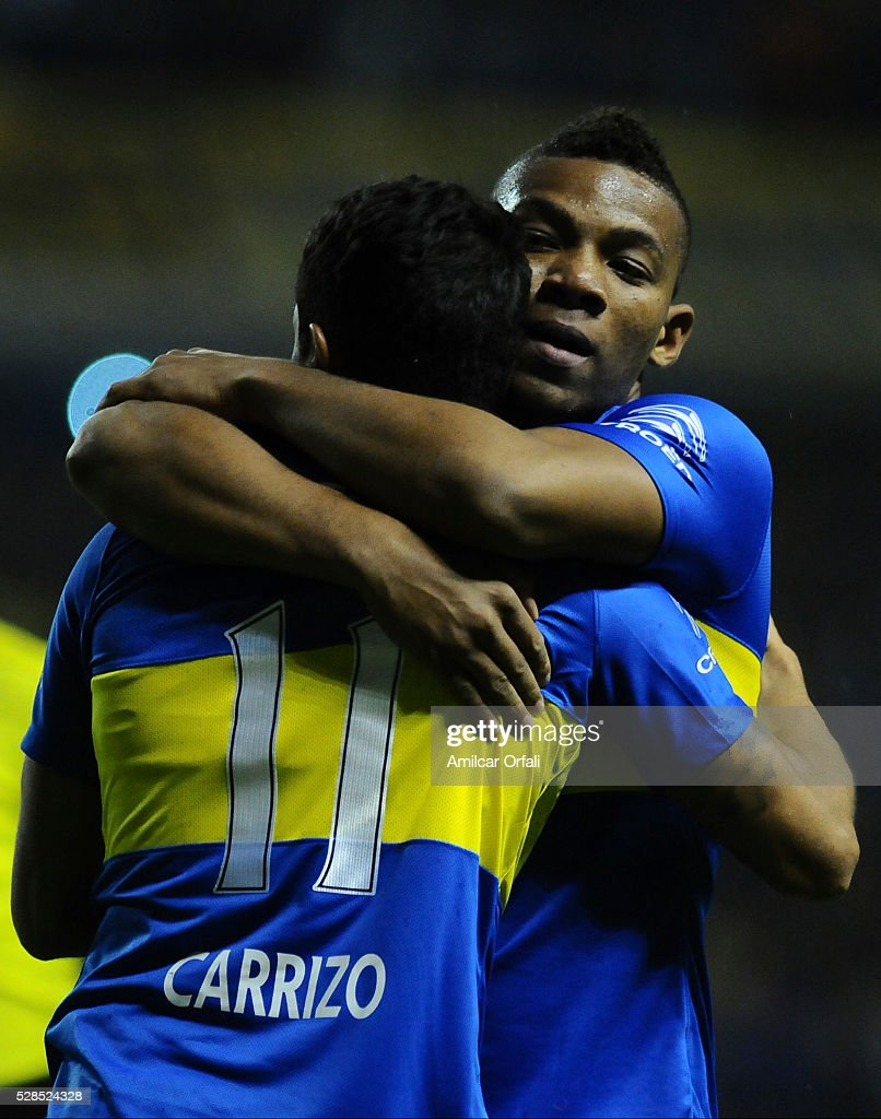 Federico Carrizo and Guillermo Sara of Boca Juniors hug during a second leg match between Boca Juniors and Cerro Porteno as part of round of sixteen of Copa Bridgestone Libertadores 2016 at Alberto J Armando Stadium on May 05, 2016 in Buenos Aires, Argentina.