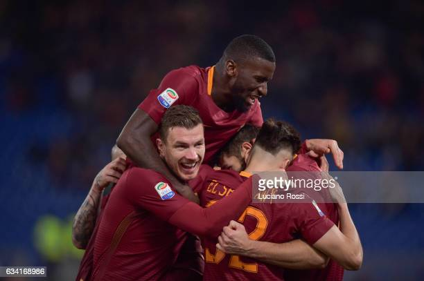 Federico Fazio of AS Roma celebrates with teammates after scoring a goal during the Serie A match between AS Roma and ACF Fiorentina at Stadio...