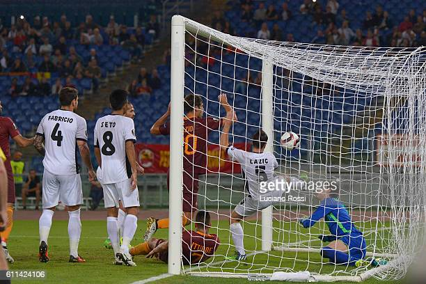 Federico Fazio of AS Roma score a goal during the UEFA Europa League match between AS Roma and FC Astra Giurgiu at Olimpico Stadium on September 29...