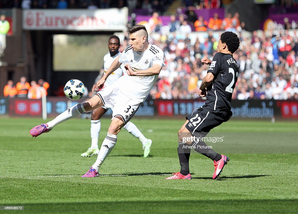 Federico Fernandez of Swansea takes a shot, he is marked by <a gi-track='captionPersonalityLinkClicked' href=/galleries/search?phrase=Steven+Pienaar&family=editorial&specificpeople=787271 ng-click='$event.stopPropagation()'>Steven Pienaar</a> of Everton during the Premier League match between Swansea City and Everton at Liberty Stadium on April 11, 2015 in Swansea, Wales.