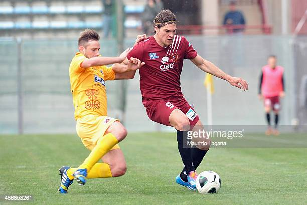 Federico Gerardi of Reggina competes for the ball with Michele Pellizzer of Cittadella during the Serie B match between Reggina Calcio and AS...