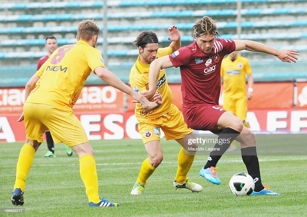Federico Gerardi of Reggina competes for the ball with Nicola Rigoni and Andrea Paolucci of Cittadella during the Serie B match between Reggina...