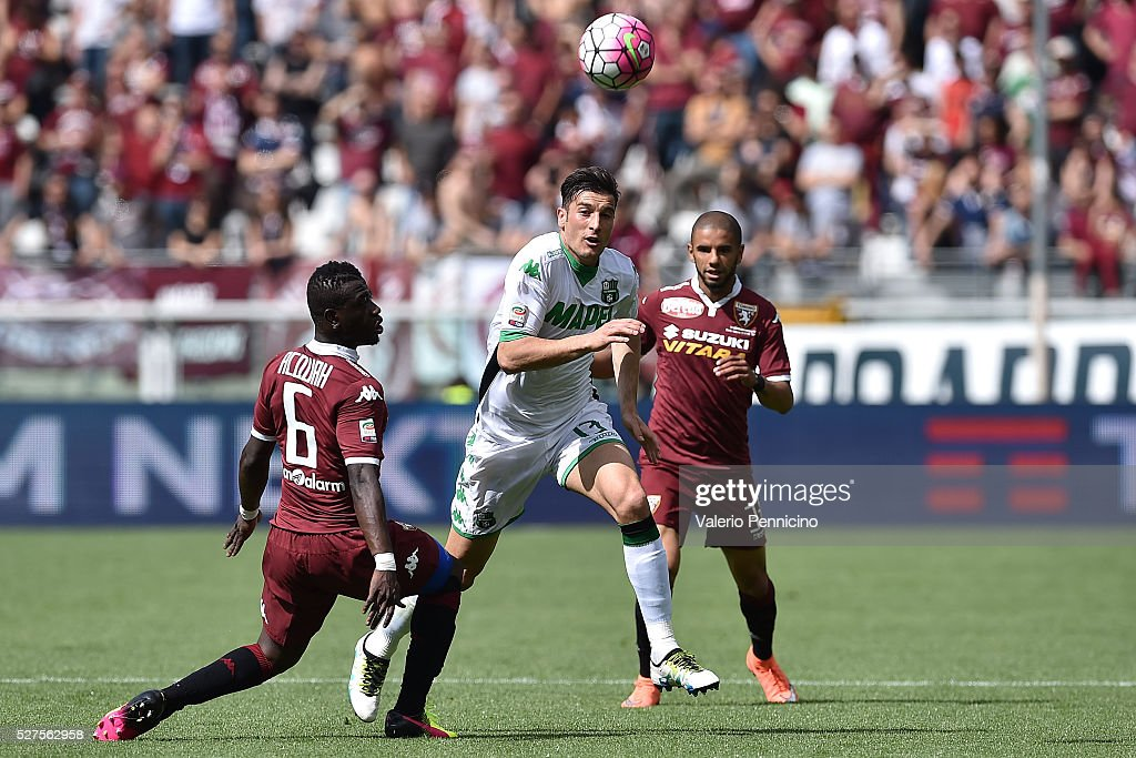 <a gi-track='captionPersonalityLinkClicked' href=/galleries/search?phrase=Federico+Peluso&family=editorial&specificpeople=6336600 ng-click='$event.stopPropagation()'>Federico Peluso</a> of US Sassuolo Calcio in action against Bruno Peres (R) and <a gi-track='captionPersonalityLinkClicked' href=/galleries/search?phrase=Afriyie+Acquah&family=editorial&specificpeople=7098690 ng-click='$event.stopPropagation()'>Afriyie Acquah</a> (L) of Torino FC during the Serie A match between Torino FC and US Sassuolo Calcio at Stadio Olimpico Grande Torino on April 24, 2016 in Turin, Italy.