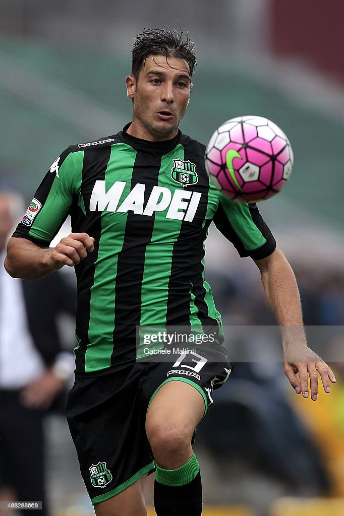 <a gi-track='captionPersonalityLinkClicked' href=/galleries/search?phrase=Federico+Peluso&family=editorial&specificpeople=6336600 ng-click='$event.stopPropagation()'>Federico Peluso</a> of US Sassuolo Calcio in action during the Serie A match between US Sassuolo Calcio and Atalanta BC at Mapei Stadium - Città del Tricolore on September 13, 2015 in Reggio nell'Emilia, Italy.
