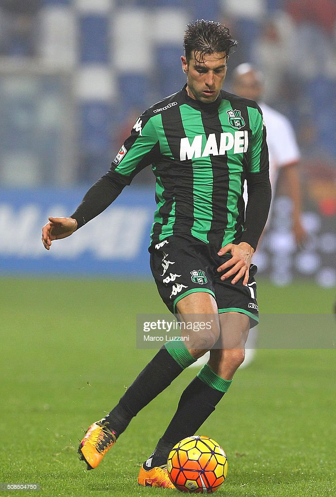 <a gi-track='captionPersonalityLinkClicked' href=/galleries/search?phrase=Federico+Peluso&family=editorial&specificpeople=6336600 ng-click='$event.stopPropagation()'>Federico Peluso</a> of US Sassuolo Calcio in action during the Serie A match between US Sassuolo Calcio and AS Roma at Mapei Stadium - Città del Tricolore on February 2, 2016 in Reggio nell'Emilia, Italy.