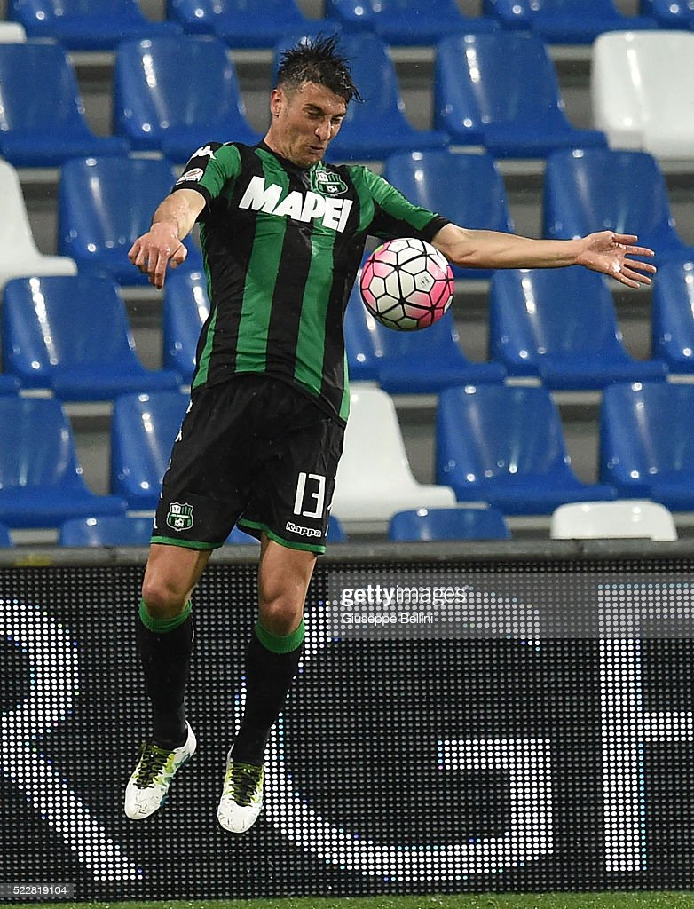 <a gi-track='captionPersonalityLinkClicked' href=/galleries/search?phrase=Federico+Peluso&family=editorial&specificpeople=6336600 ng-click='$event.stopPropagation()'>Federico Peluso</a> of US Sassuolo Calcio in action during the Serie A match between US Sassuolo Calcio and Genoa CFC at Mapei Stadium - Citta del Tricolore on April 9, 2016 in Reggio nell'Emilia, Italy