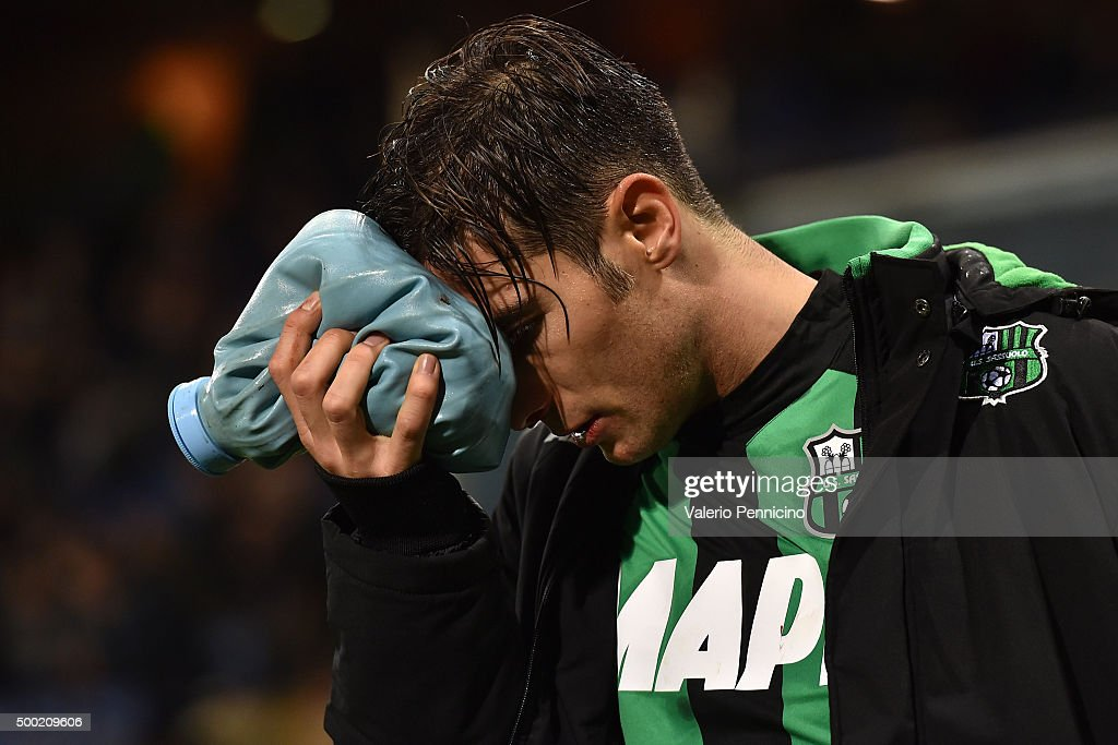 <a gi-track='captionPersonalityLinkClicked' href=/galleries/search?phrase=Federico+Peluso&family=editorial&specificpeople=6336600 ng-click='$event.stopPropagation()'>Federico Peluso</a> of US Sassuolo Calcio walks off with an injury during the Serie A match between UC Sampdoria and US Sassuolo Calcio at Stadio Luigi Ferraris on December 6, 2015 in Genoa, Italy.