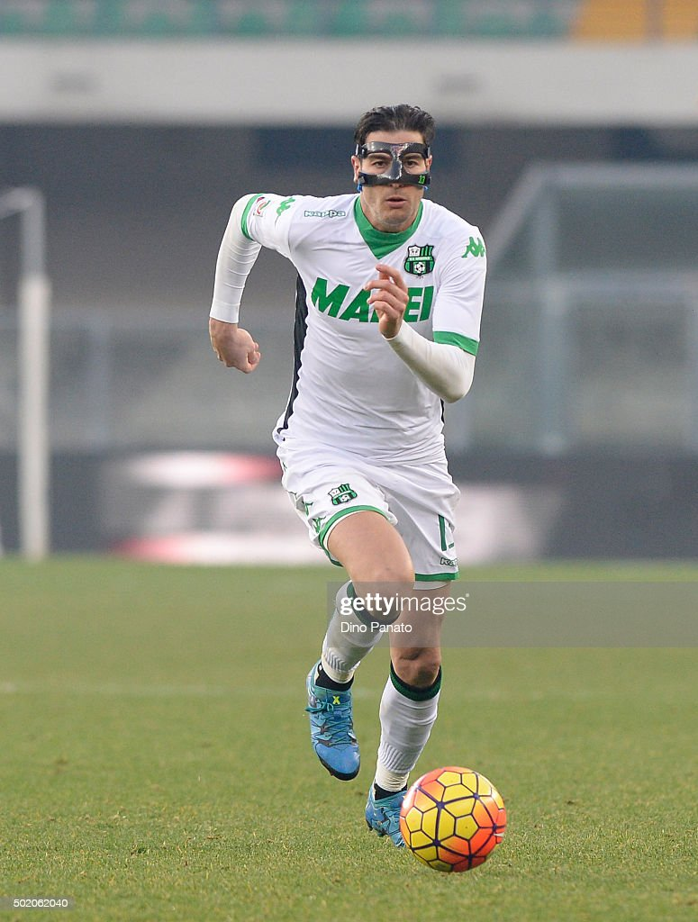 <a gi-track='captionPersonalityLinkClicked' href=/galleries/search?phrase=Federico+Peluso&family=editorial&specificpeople=6336600 ng-click='$event.stopPropagation()'>Federico Peluso</a> of US Sassuolo wears a protective mask during the Serie A match between Hellas Verona FC and US Sassuolo Calcio at Stadio Marc'Antonio Bentegodi on December 20, 2015 in Verona, Italy.