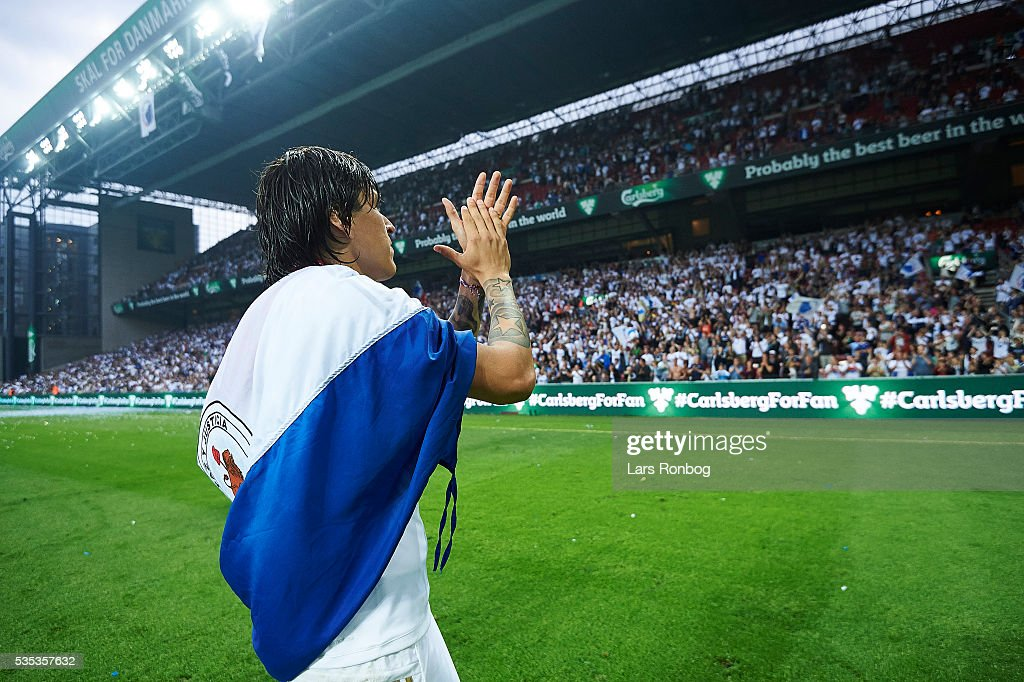 Federico Santander of FC Copenhagen applaus the fans and celebrates as Danish Champions 2015/2016 after the Danish Alka Superliga match between FC Copenhagen and AGF Aarhus at Telia Parken Stadium on May 29, 2016 in Copenhagen, Denmark.