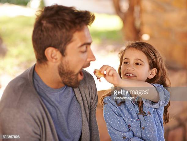 Füttern Vater einige leckere Snacks