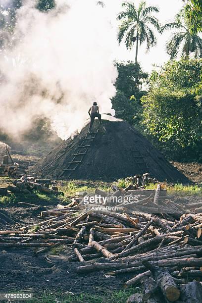Nourrir le charbon feu mound, Cuba