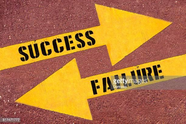 Carrés et mots échec et succès peints sur la route
