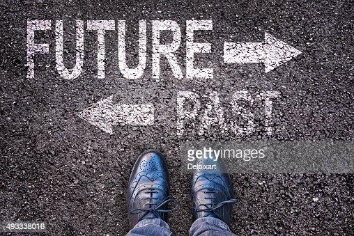 Füße und Worte Zukunft und Vergangenheit auf einer alphalt road : Stock-Foto