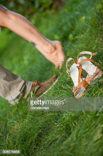 feet guys and girls on the grass : Stockfoto