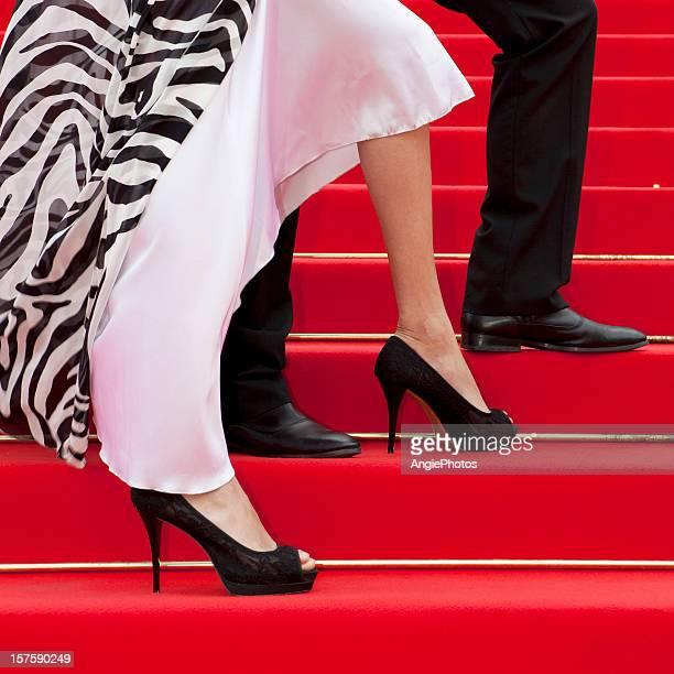 Pés de um casal na passadeira vermelha glamorosa
