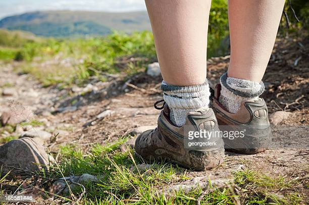 Füße auf dem Wanderweg Nahaufnahme