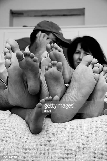 Piedi di famiglia di Cuddling, bianco e nero
