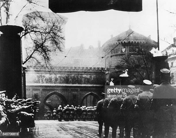 Feierliche Überführung der Opfer desPutsches von verschiedenen MünchenerFriedhöfen zu den `Ehrentempeln derBewegung' auf dem Königlichen Platz...