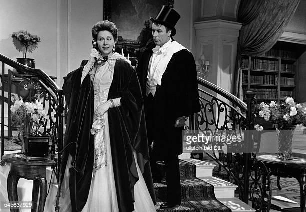 Feiler Hertha *Schauspielerin Oesterreich in Abendgarderobe mit Johannes Heestersin dem Film 'Opernball' Regie Ernst MarischkaOesterreich 1956