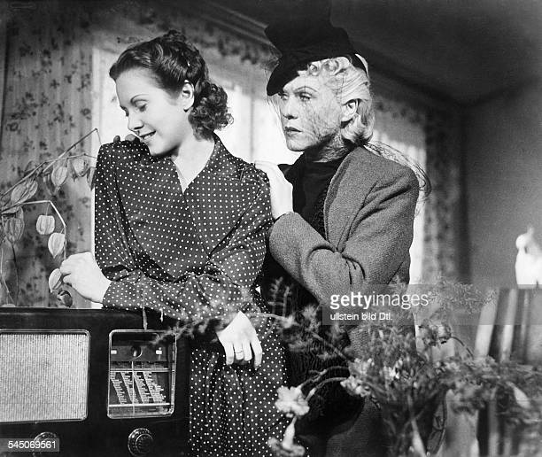Feiler Hertha Actress Austria * Scene from the movie 'Lauter Luegen'' with Fita Benkhoff Directed by Heinz Ruehmann Germany 1938 Produced by...