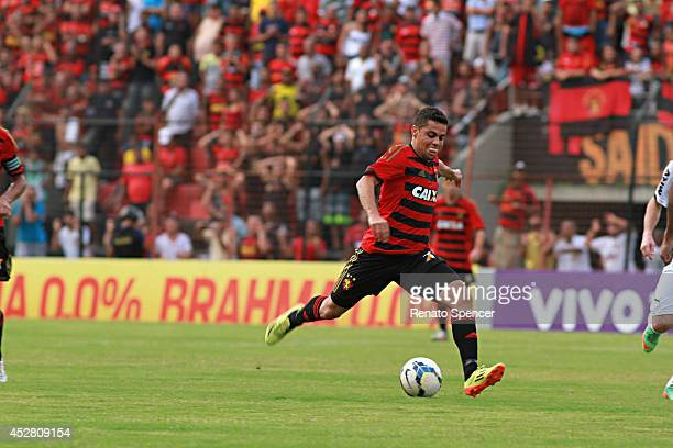 Felipe Azevedo of Sport Recife shoots at goal during the Brasileirao Series A 2014 match between Sport Recife and Atletico MG at Ilha do Retiro...