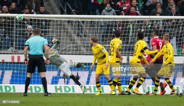 Felix Klaus of Hannover 96 scores the goal to the 32 during the Bundesliga match between Hannover 96 and Borussia Dortmund at HDIArena on October 28...