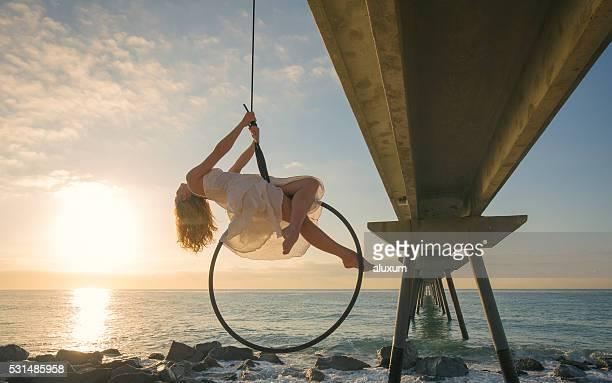 Femminile ballerino aerea su Alba sul mare