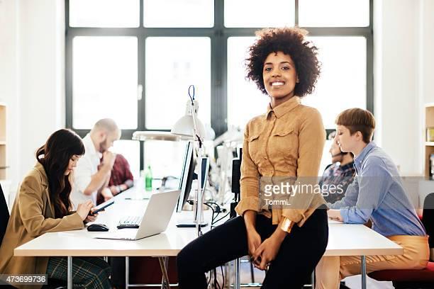 Jeune femme africaine et son démarrage équipe dans le bureau