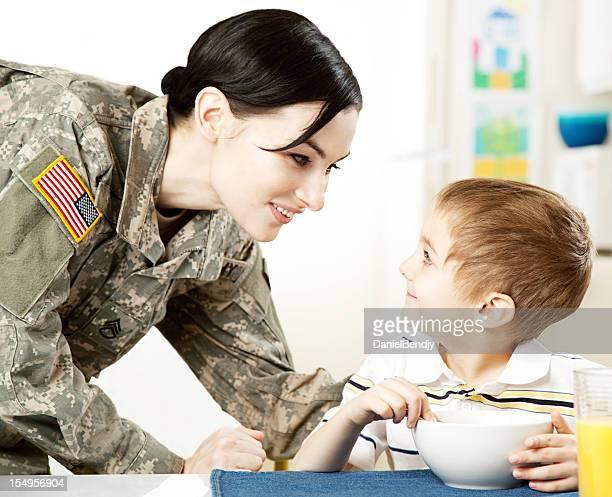 Donna soldato americano con figlio