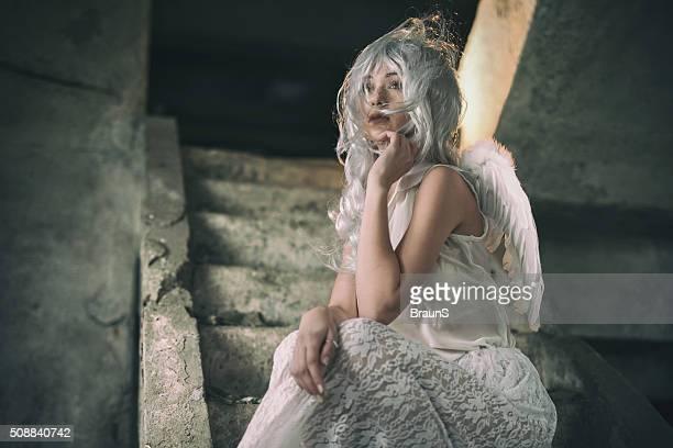 雌エンジェルホワイトのドレスに階段。
