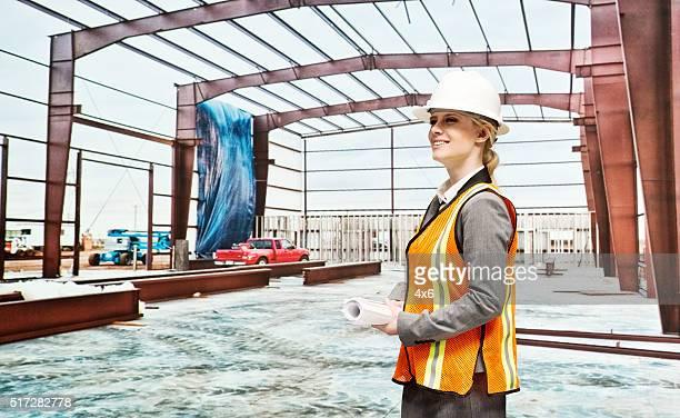 Weibliche Architekt in Baustelle