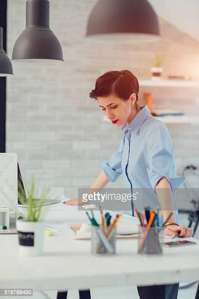 Feminino Arquiteto trabalhando em seu escritório.
