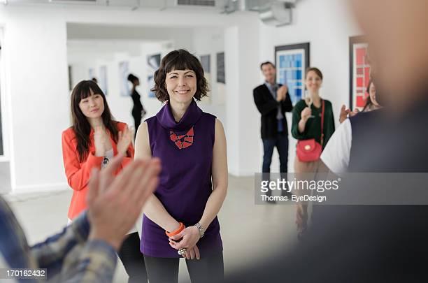 Artista feminina na Galeria de Arte