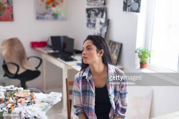 スタジオで女性アーティスト