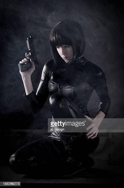 Weibliche Killer mit Waffe