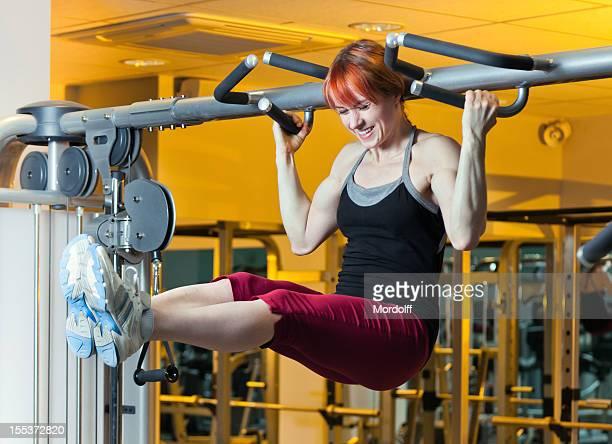 Donna facendo esercizi sport sulla Barra orizzontale