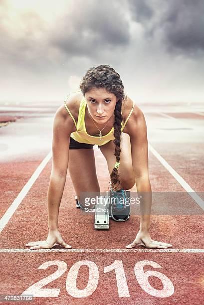 Femme athlète dans les starting-blocks