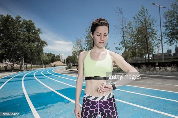 Atleta mujer de medición del pulso
