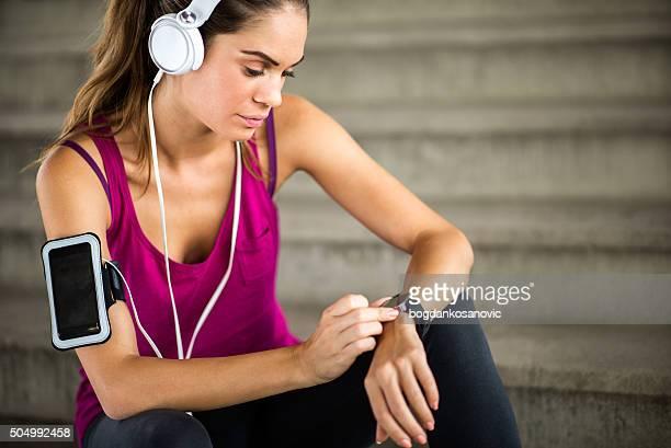 Atleta femminile in pausa cardio