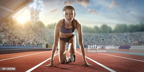 Weibliche Athleten bereitet zu laufen